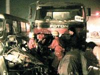 四车连撞一司机被卡