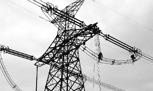 图为施工人员在安徽舒城境内的#1476耐张铁塔高空整体更换自爆绝缘子
