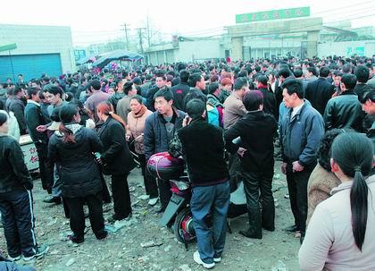四川上千票贩聚集市场叫卖火车票(图)