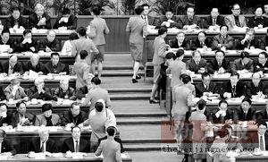 委员提议制定从政道德法控制公务员体重防大吃