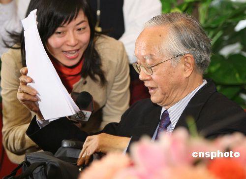 图文:女记者新闻发布会后追问吴敬琏