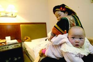贵州布依族女代表带女儿上会(图)