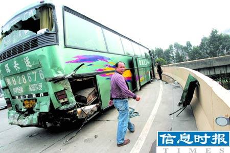 广州环城高速8车连环相撞6人伤亡(图)