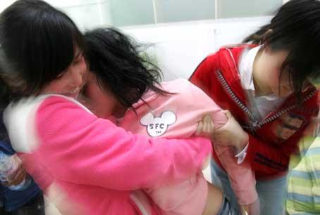 发现那个女孩又晕倒了
