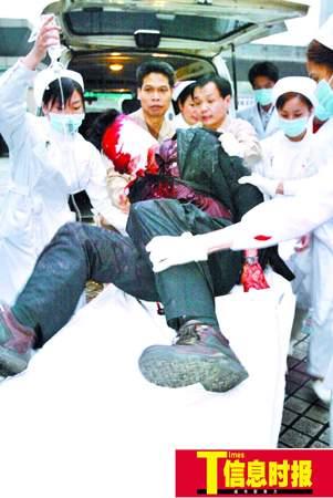 广州中巴与货车相撞4人死亡32人受伤(组图)