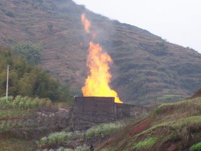 组图:重庆天然气井喷抢险工作组拟于今日压井
