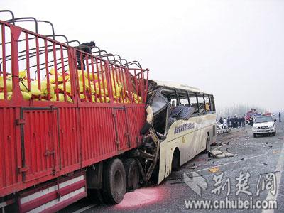 汉宜高速大客车撞上超载货车12人丧生(组图)