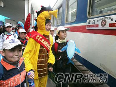 """""""青岛海底世界号""""旅游快速列车开通和首行仪式在青岛火车站顺利举行."""