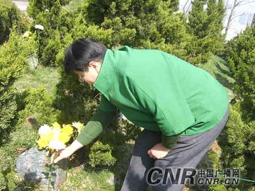 青岛:清明节大学生向志愿捐献遗体者敬献鲜花