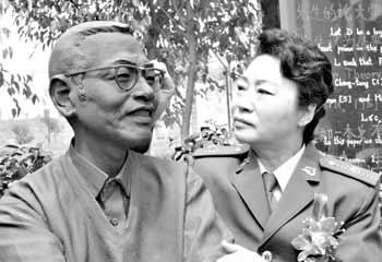 陈景润夫人由昆深情注视陈景润的铜像   点击此处查看全部...