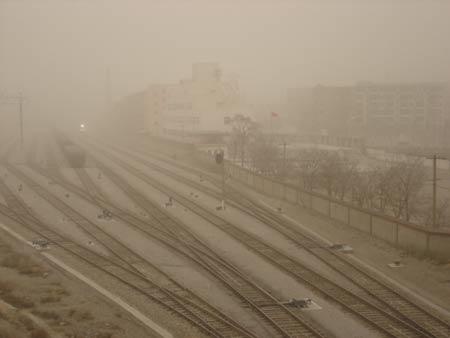 甘肃遭遇今年范围最大时间最长沙尘天气(图)