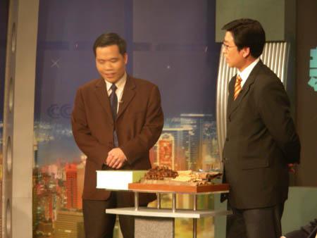 台湾美女主播与白岩松演播室内推销台湾水果