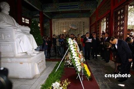 连战拜谒孙中山衣冠冢呼吁和平奋斗振兴中国