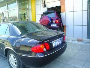 司机醉驾越野车跃过轿车冲进洗浴中心(图)