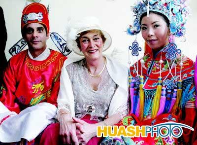中式古典打扮的新郎新娘和新郎母亲的西式服装相映