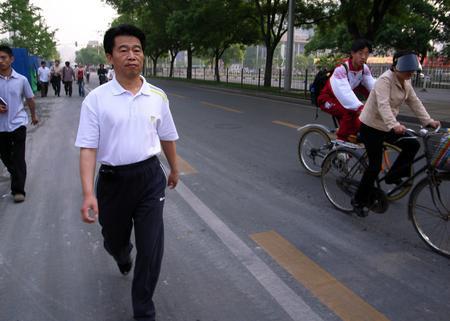 北京环保局副局长走路上班响应环保(图)