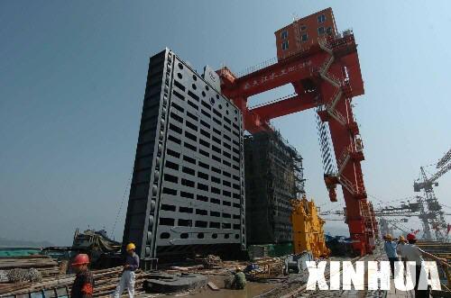 图文:三峡工程右岸电站机组挡水门吊装