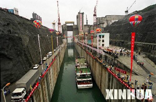 资料组图:1997年三峡工程导流明渠正式通航