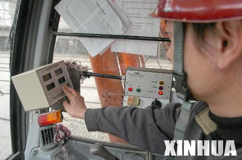 组图:三峡大坝施工现场施工人员切割钢筋头