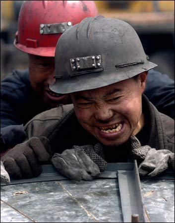 图文:抢险人员在搬运矿场的排水管