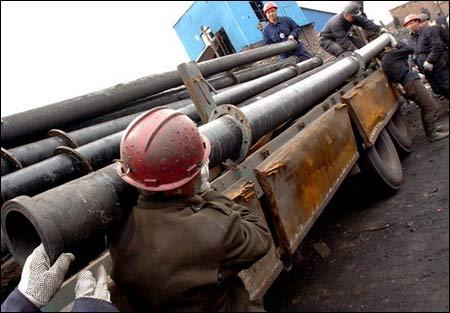 图文:抢险人员在搬运排水管