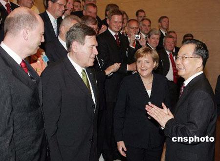 组图:温家宝总理与德国企业家交谈