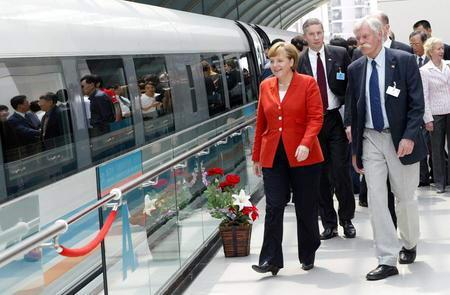 默克尔结束访华乘上海磁浮列车前往机场(图)