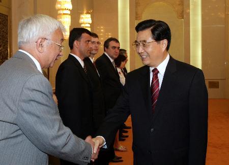 胡锦涛接受上合组织成员国记者联合采访(图)