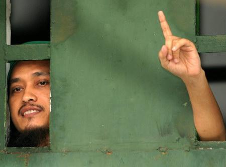 巴厘岛爆炸案首凶从监狱窗口伸出手臂(新闻人物优秀奖单幅)