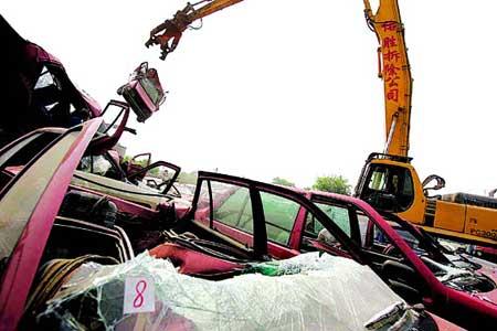 北京今日首次销毁481辆非法出租车(组图)