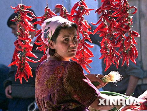 图文:塔吉克斯坦首都杜尚别街头的货摊