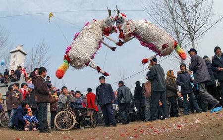民间艺人用两只纸扎的羊相斗(文化及艺术新闻优秀奖单幅)