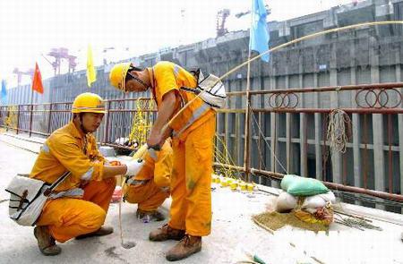 三峡大坝开始安装爆破安全监测设备