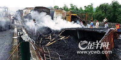 京珠高速:30吨甲醇撞车大爆炸3死1重伤