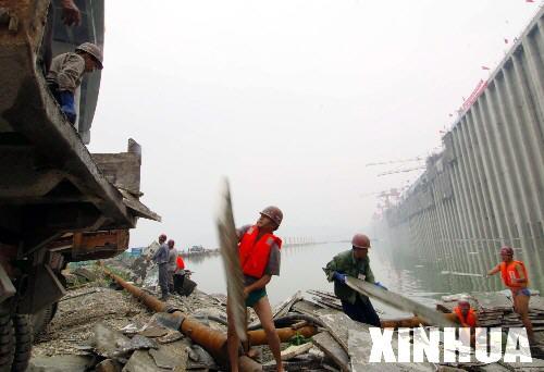 三峡三期上游围堰堰内爆破前清漂[组图](2)
