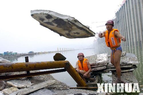 三峡三期上游围堰堰内爆破前清漂[组图]