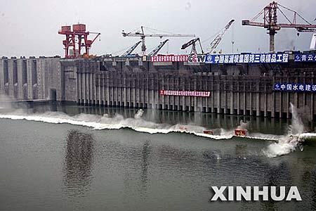 图文:三峡工程三期围堰实施爆破