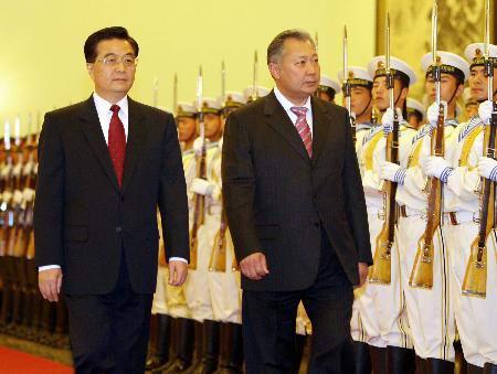 胡锦涛与吉尔吉斯斯坦总统巴基耶夫会谈