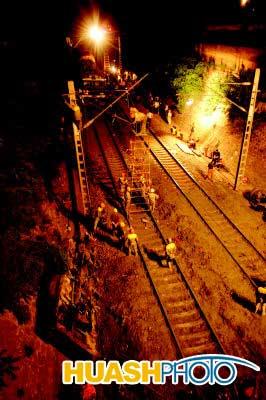 汽车坠桥撞上运行火车(图)