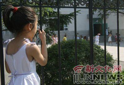 六岁小女孩; 扎着可爱的小辫子