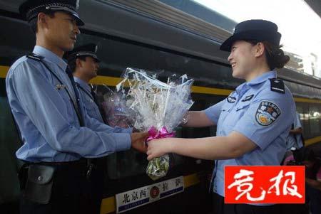 北京至拉萨首趟列车返京乘警均经过遴选(图)