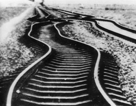 资料图片:唐山地震后被震弯的铁路