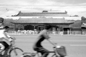 北京景山公园南门整修围挡塑料布上画门(图)