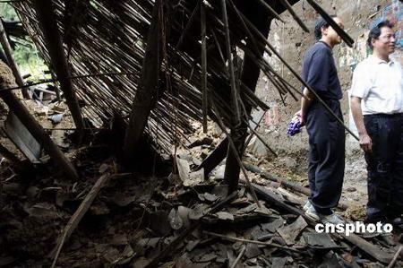 图文:地震中倒塌的民房废墟