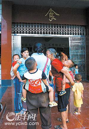 上图:排队等吃饭-图片新闻 一家人图片