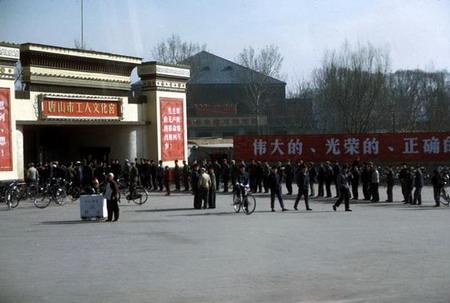 资料图片:工人文化宫门前聚集了很多当地的群众