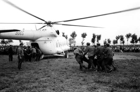 资料图片:解放军将伤员送上直升机