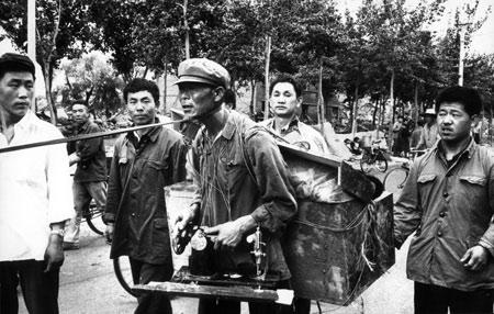 资料图片:唐山居民抓获拣缝纫机的小偷