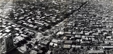 资料图片:解放军为群众建起的简易过冬房