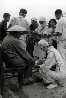 资料图片:震后天津医疗队在现场工作